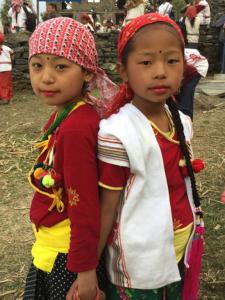 Fillettes participant à la cérémonie