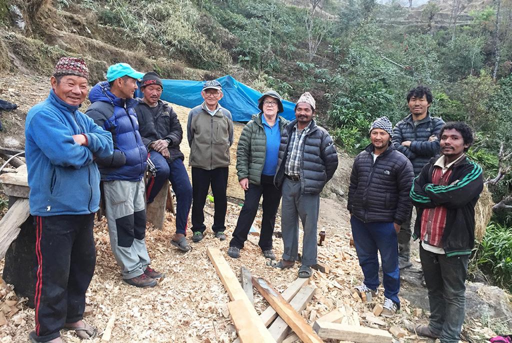 L'équipe d'ouvriers entourant Evelyne (construction maison Jhanak)