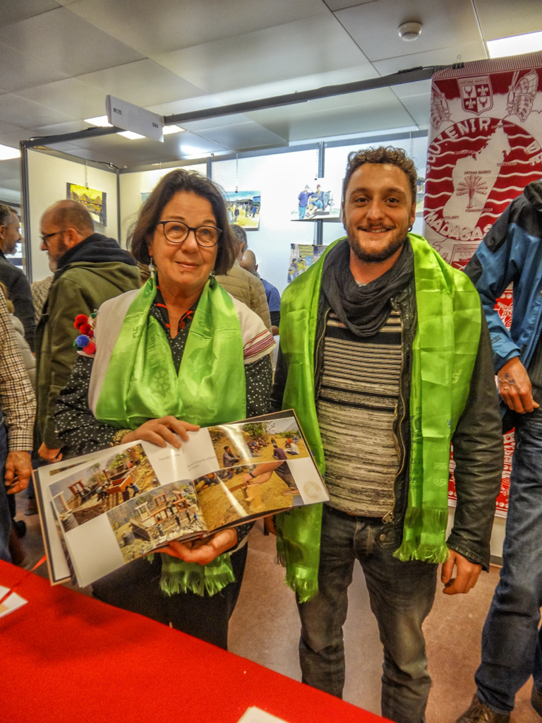 : La Présidente d'ANUVAM et Vincent, maître d'œuvre du chantier de reconstruction à Basa Rapcha portent la kata verte du Jubilé de l'école de Basakhali (qui aura lieu en janvier 2019)