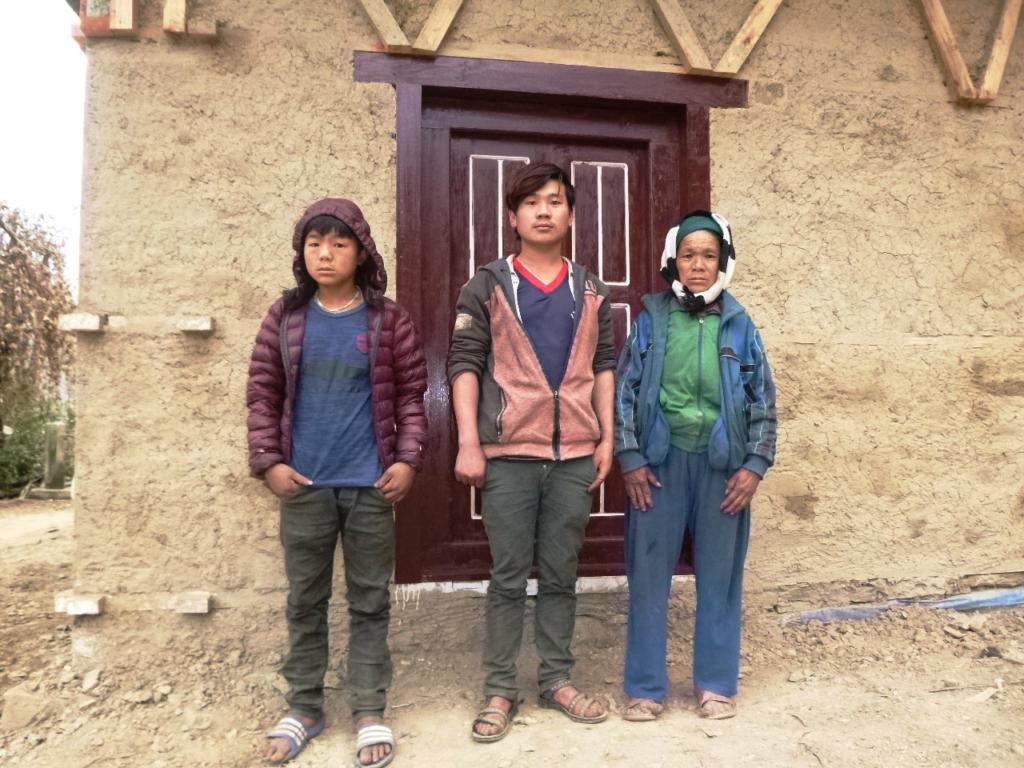 La famille Satra Bahadur Rai devant leur maison.